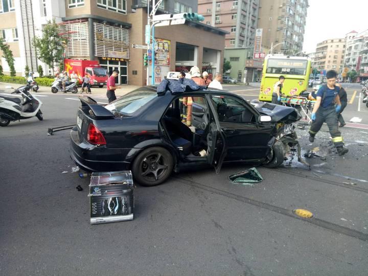 車禍就發生在消防隊門口,轎車駕駛緊急送醫仍宣告不治。記者林昭彰/翻攝