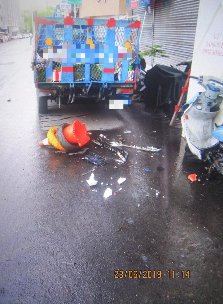 台中市蕭姓男子上月底開車恍神,行經南區台中路時直接衝撞路旁的4輛機車與1輛貨車,貨車車尾受損。記者陳宏睿/翻攝
