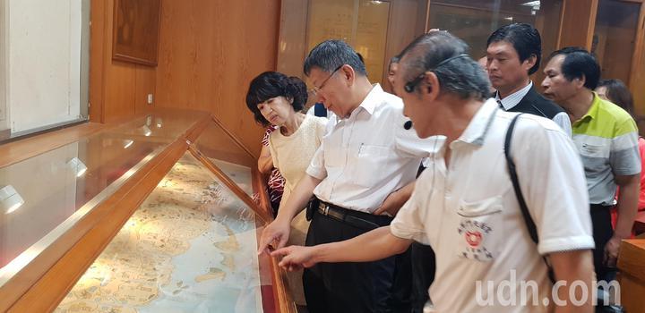 台北市長柯文哲與妻子陳佩琪今天到台南鹿耳門天后宮參拜。記者修瑞瑩攝影