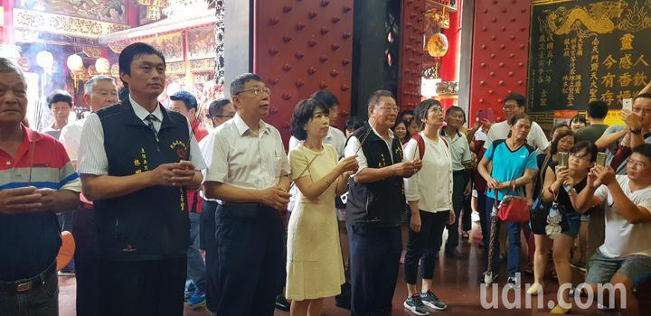 台北市長柯文哲與妻子陳佩琪今天到台南鹿耳門天后宮參拜。記者修瑞瑩/攝影