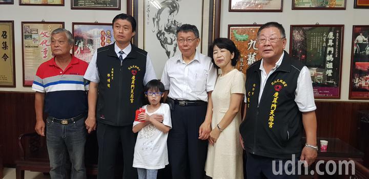 台北市長柯文哲與妻子陳佩琪今天到台南鹿耳門天后宮參拜,還有專門從高雄來的小粉絲搶著跟他合影。記者修瑞瑩/攝影