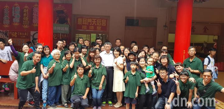 台北市長柯文哲與妻子陳佩琪今天到台南鹿耳門天后宮參拜,現場參香團搶著跟他拍照合影。記者修瑞瑩/攝影