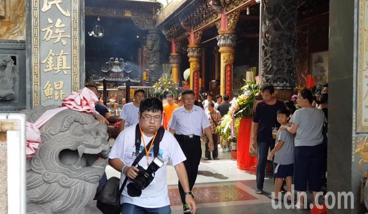 台北市長柯文哲下午到台南安平天后宮參拜卻走錯廟門,從廟的中間大門進出。記者修瑞瑩/攝影
