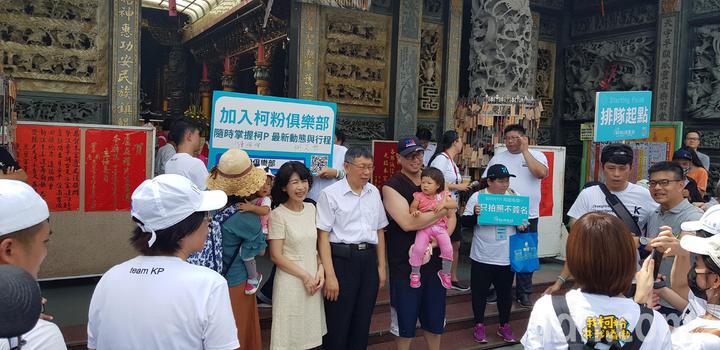 台南市長柯文哲下午到台南安平開台天后宮參拜,受到民眾熱烈歡迎,搶著跟他拍照。記者修瑞瑩/攝影