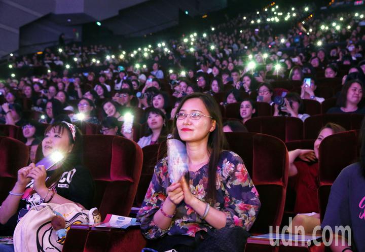 泰國BL劇Our Skyy演員與粉絲見面,現場數千名粉絲點燈歡迎偶像入場。記者曾原信/攝影