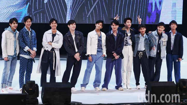 泰國BL劇Our Skyy演員與粉絲見面,左起為演員Drake、Frank、Tay、New、Singto、Krist、Off、Gun、Pluem、Chimon。記者曾原信/攝影