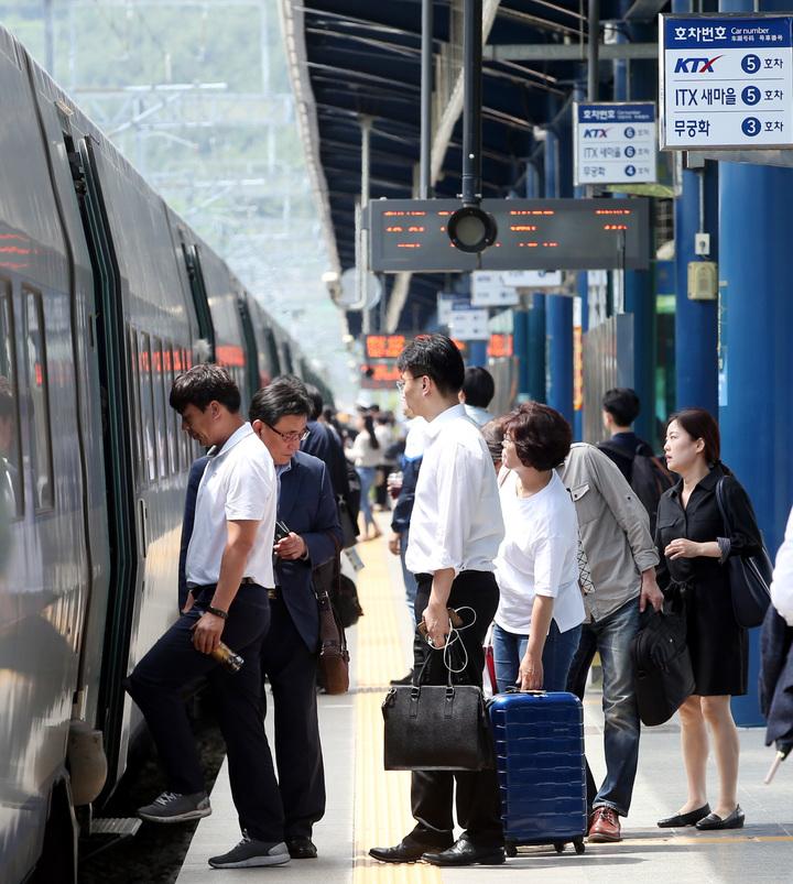 搭乘高鐵的乘客。記者侯永全/攝影