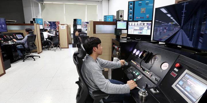 Korail人才開發中心學員在模擬駕駛練習室上課。記者侯永全/攝影