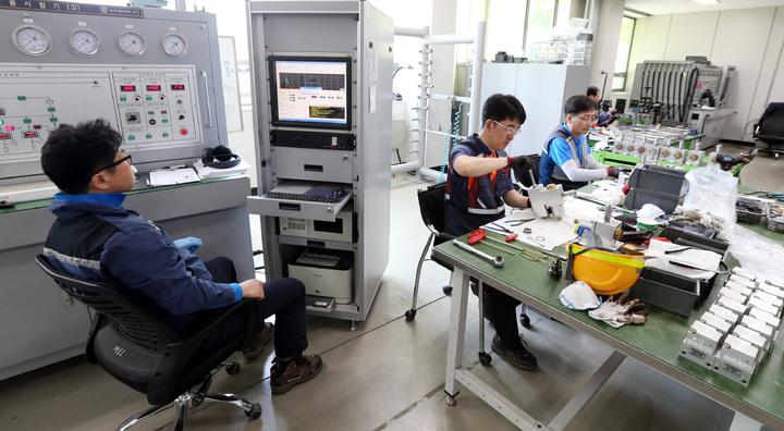 火車車輛機廠員工製作煞車器具及測試系統。記者侯永全/攝影