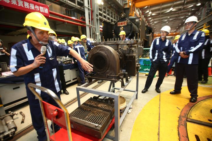 台鐵富岡基地辦理普悠瑪號「主風泵檢修教育訓練」。記者蘇健忠/攝影