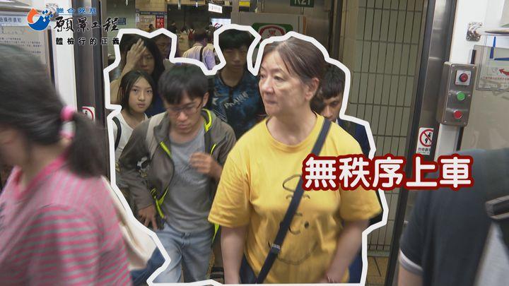 台鐵旅客排隊較無秩序上車。記者王彥鈞/攝影