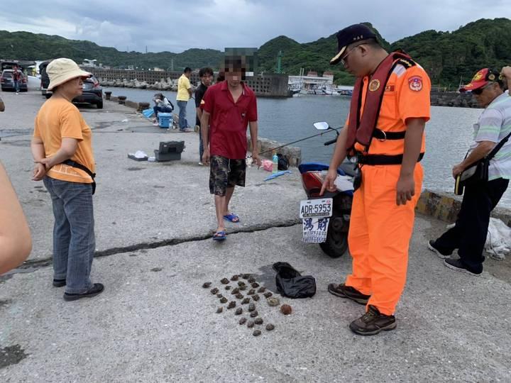 黃姓男子在深澳漁港潛水採捕,被眼尖的第二岸巡隊深澳安檢所安檢人員發現,已觸犯漁港法18條港區採捕,會開罰3-15萬元。圖/第二岸巡隊提供