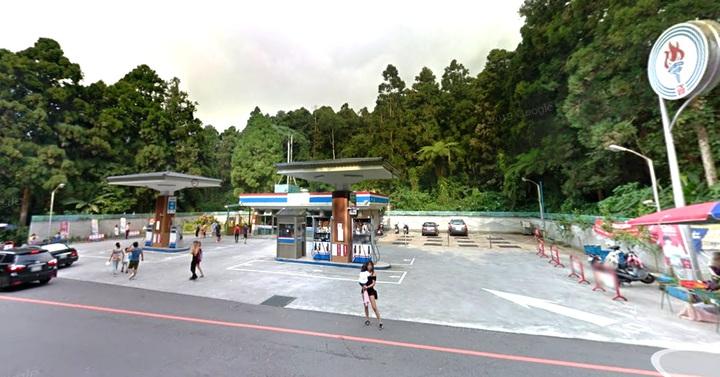 中油溪頭加油站由於晚間不營業,最近有民眾檢舉加油站成為露營車的免費停車場。記者黑中亮/攝影