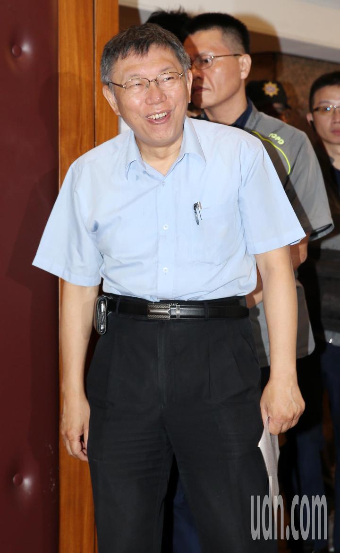 台北市長柯文哲目睹守候採訪他的大批攝影機,面露驚訝。記者侯永全/攝影