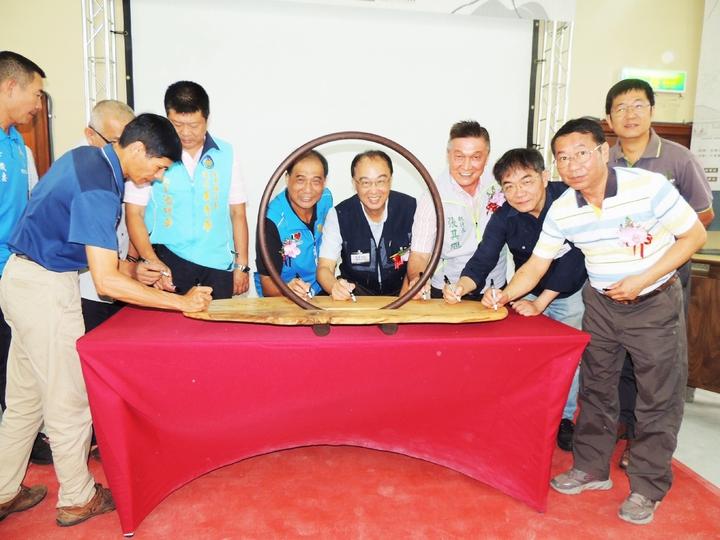 文化部文化資產局舉辦的「技職教師傳統木工深度研習」課程,今天上午由文化資產局長施國隆(右五)在台東主持開訓。記者羅紹平/攝影