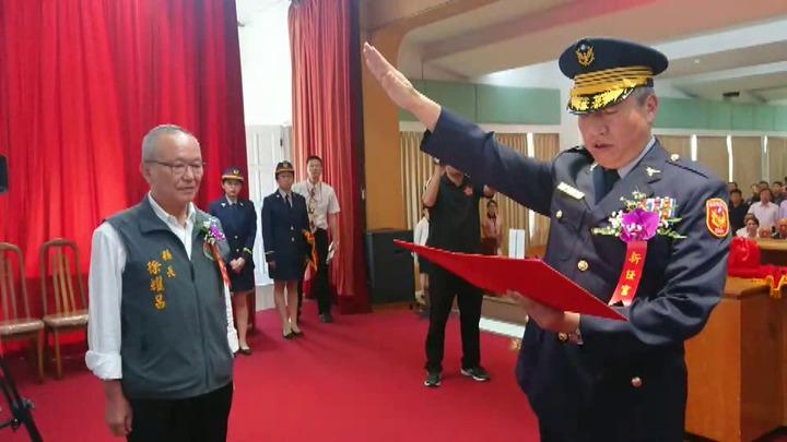苗栗縣警局長翁群能(右)今天上任,縣長徐耀昌(左)監誓。記者范榮達/攝影