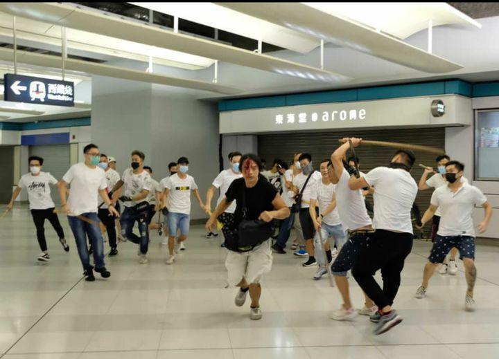 香港元朗地區在21日反送中遊行後,有大批白衣人士聚集,2兩度進入西鐵站襲擊穿黑衣的抗議民眾和無辜市民。Twitter/@WilsonLeungWS