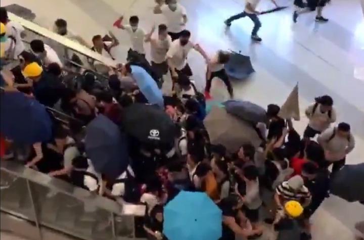 港元朗地區在21日反送中遊行後,有大批白衣人士聚集,2兩度進入西鐵站襲擊穿黑衣的抗議民眾和無辜市民。圖片擷取Twitter/@HongKongFP影片
