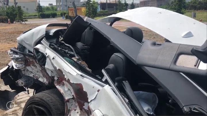 彰化縣伸港鄉濱二路昨天凌晨多輛名車疑競速,造成二輛BMW汽車追撞成廢鐵,3人輕傷。圖/翻攝