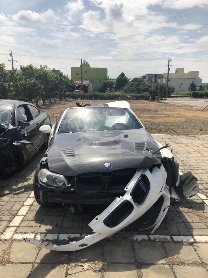 彰化縣伸港鄉濱二路昨天凌晨多輛名車疑競速,造成二輛BMW汽車追撞成廢鐵,造成3人輕傷。圖/翻攝