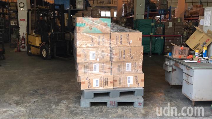 國安局官員涉嫌夾帶9800條香菸闖關入境,被海關查扣存放在私貨倉庫。(讀者提供)