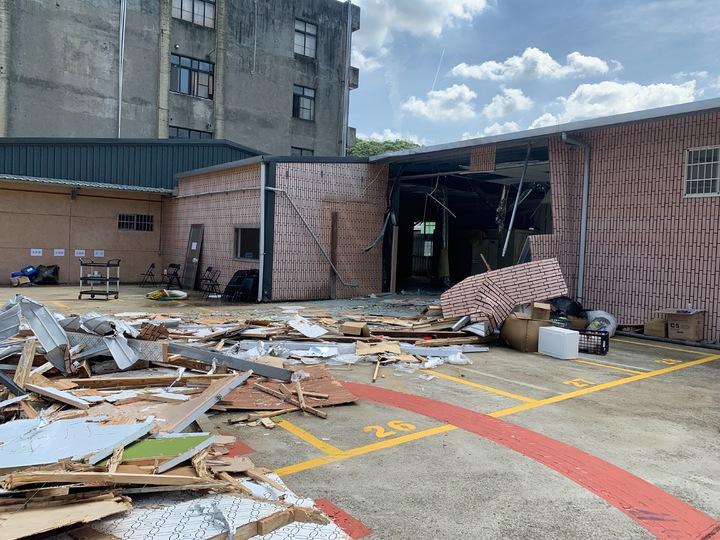 桃園市政府今天拆除台灣民政府違建。圖/警方提供