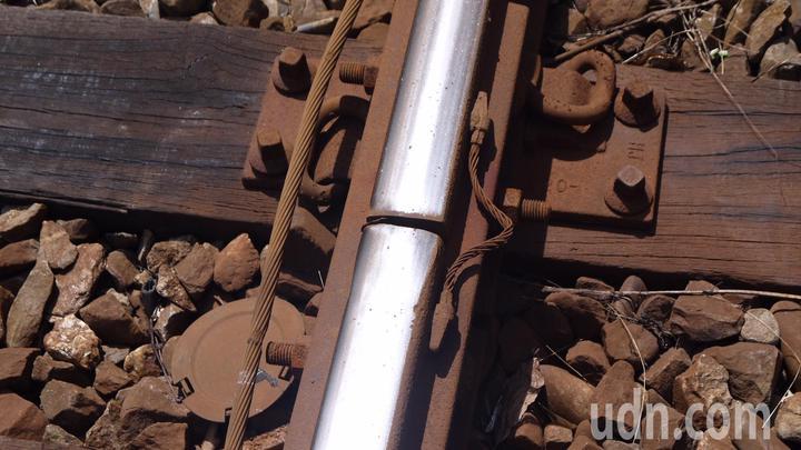 基隆市仁愛區成功一路旁鐵路平交道,是台鐵列車進入基隆車站前,減速或換軌的交通要點,但列車煞車的尖銳聲音及軌道間隙造成的碰撞聲,讓兩旁住戶受不了。記者游明煌/翻攝