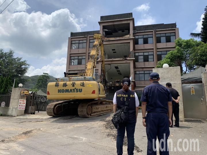桃園市府建築管理處今天到場拆除台灣民政府中央會館。圖/警方提供