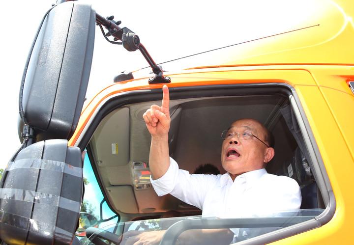 行政院長蘇貞昌上午出席「加強推動大型車輛裝設行車視野輔助系統」推廣活動 ,並且親身上大貨車體驗。記者林俊良/攝影