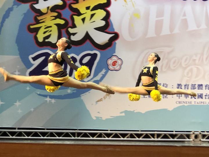 員林漢心舞團參加今年全國學生舞蹈比賽,獲得國中雙人啦啦爵士第一名。照片/游月說提供