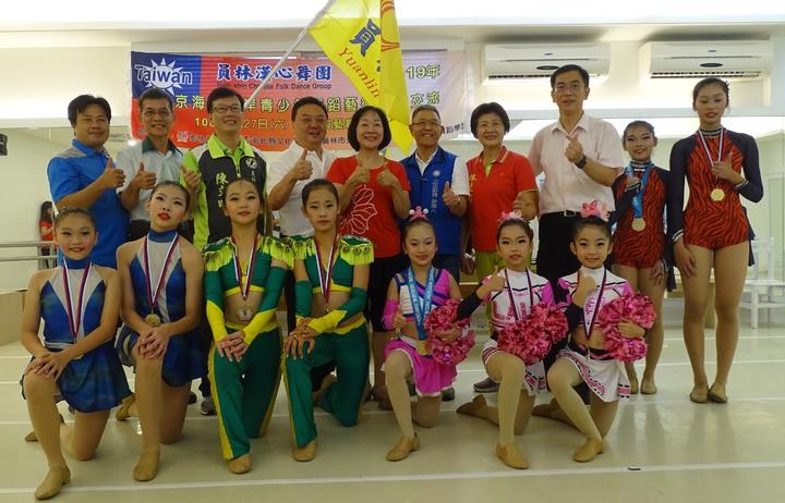 員林漢心舞團將到北京參加兩岸青少年舞蹈藝術交流,員林市長游振雄(後排左4)授旗預祝交流成功。記者何烱榮/攝影