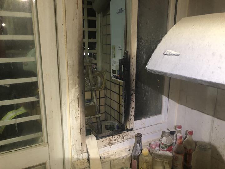 台東市宏東大樓四樓陳姓住戶發生氣爆,住家廚房嚴重毀損。記者/羅紹平翻攝