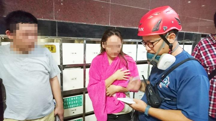 住家氣爆的陳姓女屋主與先生向消防人員說明氣爆過程。記者羅紹平/攝影