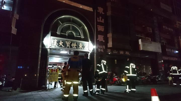 台東市宏東大樓四樓陳姓住戶發生氣爆,大批消防人趕往救援。記者/羅紹平攝影
