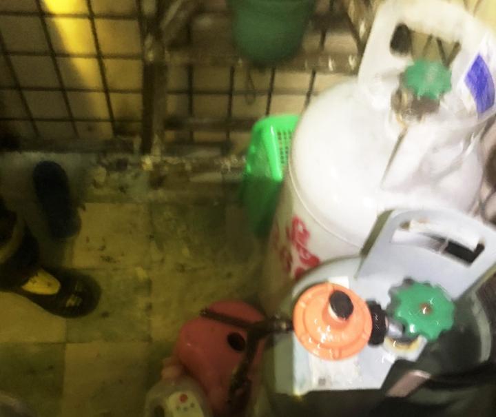 台東市宏東大樓四樓陳姓住戶發生氣爆,消防人員現場調查疑似熱水器瓦斯管線未接妥。記者/羅紹平翻攝