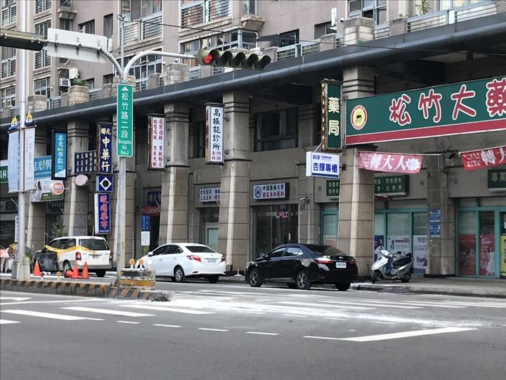 台中市許姓女機車騎士疑未依規定兩段式左轉,遭後方直行車撞擊,許婦傷重不治。記者林佩均/攝影