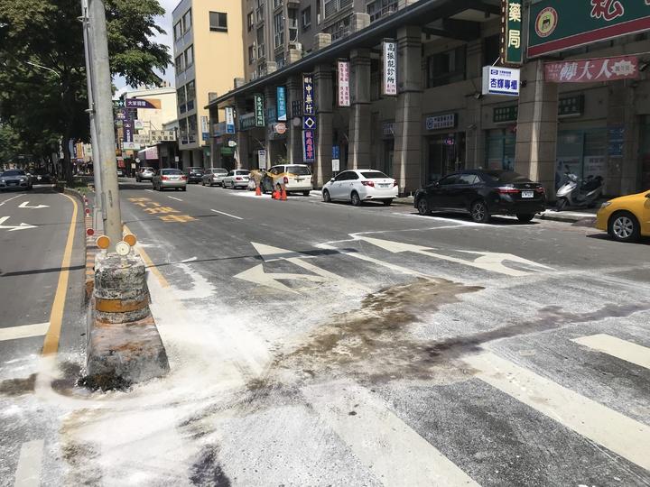台中市許姓女機車騎士疑未依規定兩段式左轉,遭後方直行車撞擊,許婦傷重不治,現場留有大量汽油。記者林佩均/攝影