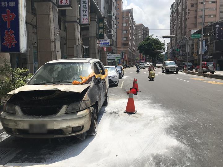 台中市許姓女機車騎士疑未依規定兩段式左轉,遭後方直行車撞擊,機車波及一輛路邊停放白色車輛,引發祝融。記者林佩均/攝影