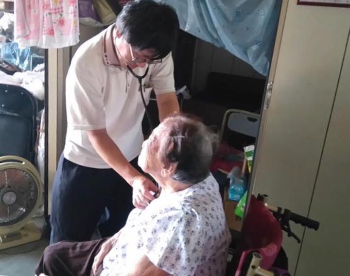 醫師至社區為民眾在地服務。圖/台南市政府衛生局提供