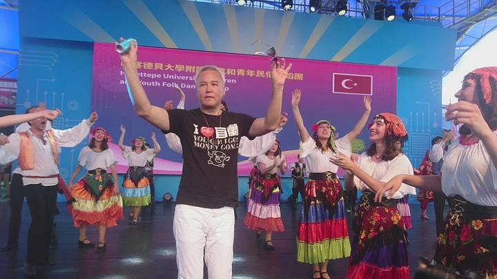 林瑞陽等人今天遊童玩節,林姿妙帶著熱情森巴女郎迎接,顯現宜蘭人的熱情,並安排土耳其民族舞蹈團表演,林瑞陽上台同舞。記者羅建旺/攝影