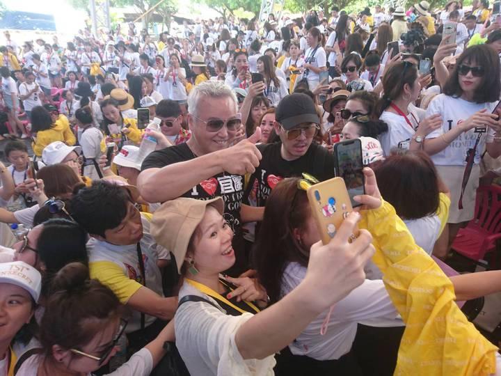 「大哥!大哥!我在直播,看這裡!」林瑞陽魅力強,到訪經銷商都稱呼林瑞陽為「大哥」,他們穿著印上「我愛宜蘭」的T恤,活動中,拿起手機直播或發微信,透過網路,強力行銷宜蘭觀光。記者羅建旺/攝影