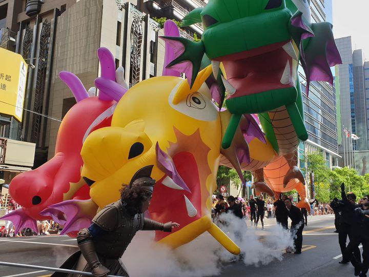 歡樂變裝大遊行活動有超過30組隊伍,每隊各具特色,還出動大型造型氣球猛瑪象、印度神牛、人面獅身像等,讓氣氛嗨到最高點。記者胡瑞玲/攝影