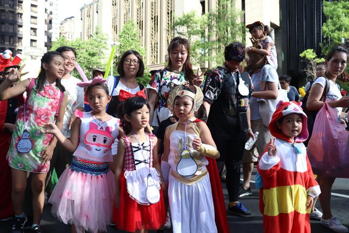 新北市歡樂變裝大遊行是兒藝節的重頭戲,不僅有非常多在地表演團隊、學校、社區團體及藝術團體的熱情參與,也吸引家長們帶著小朋友參加暑假最歡樂的變裝趴。記者胡瑞玲/攝影