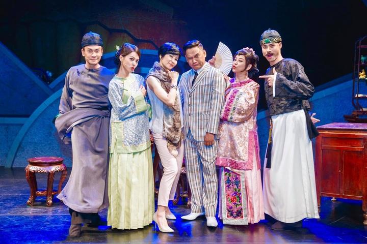 吳定謙(右起)、方馨、桑布伊、葉歡、蘇晏霈、王建復演出音樂劇「女人心」。圖/方馨提供