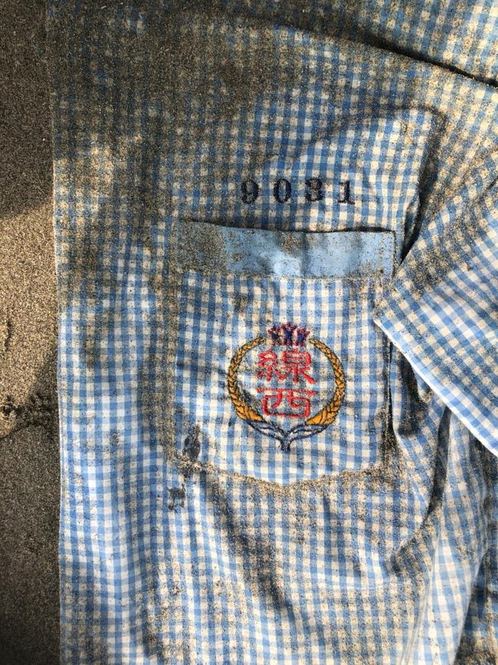 男子海飄近百公里後陳屍苗栗後龍海灘,警方提供死者身上僅存的「二手制服」供指認,迅速查出男子身分。圖/警方提供