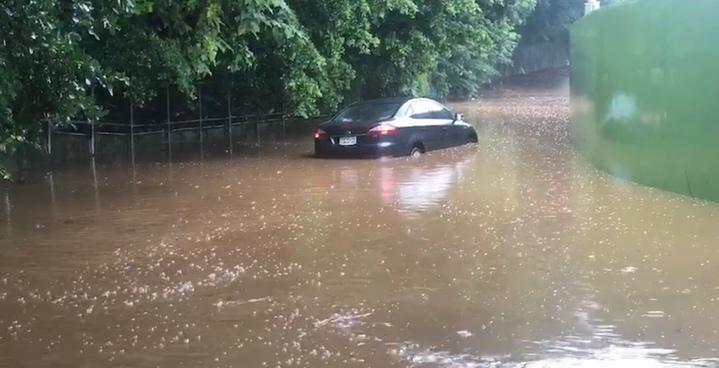 彰化市八卦山卦山路中午往培元中學路段嚴重積水,甚至造成車輛深陷水中而拋錨,警方也提醒民眾,為安全起見,該路段暫時封閉。圖/翻攝