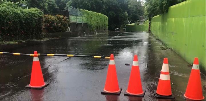 彰化市今天從清晨到中午持續有間歇性大雨,中午在八卦山的卦山路積水,有車輛陷在水中動彈不得,該路段已擺上交通錐,暫時封閉。圖/翻攝
