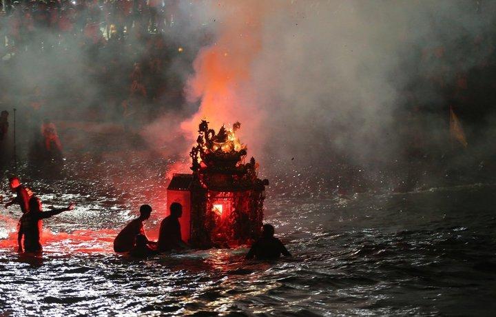 民俗專家林茂賢說,放水燈是要邀請海上的好兄弟,明天來參加普度宴會,放水燈就是在送邀請卡。圖/報系資料照