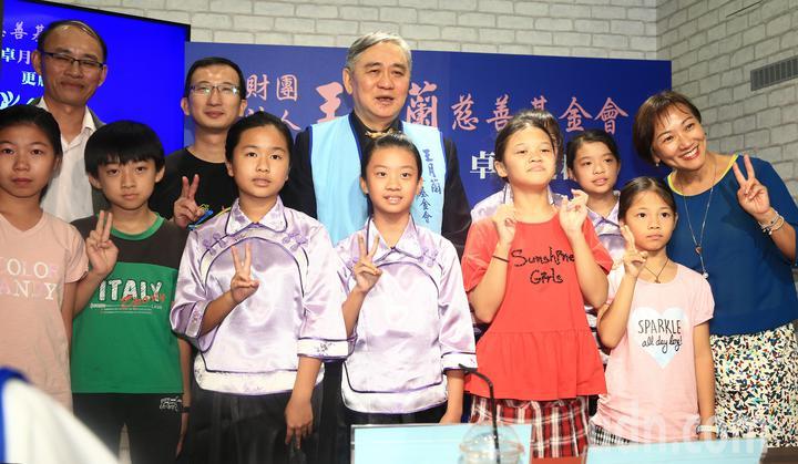 王月蘭慈善基金會下午舉行活動,宏仁集團總裁王文洋(後排中)與小朋友合影留念。記者陳正興/攝影