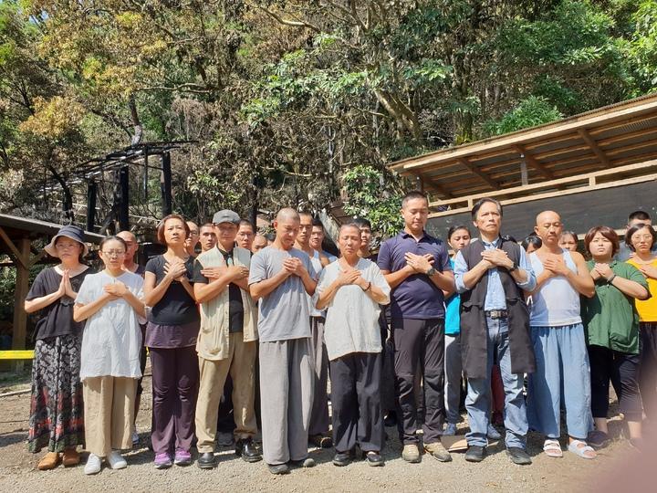 優人神鼓藝術總監劉若瑀帶著團員在燒毀的排練場前立志學會跟大自然相處。記者陳宛茜/攝影